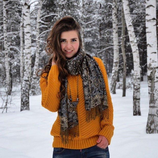 желтая вязаная кофта с шарфом