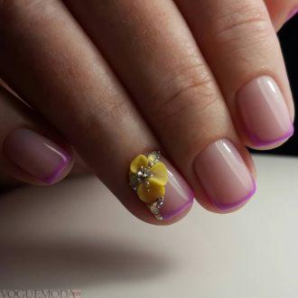 френч на коротких ногтях с украшением