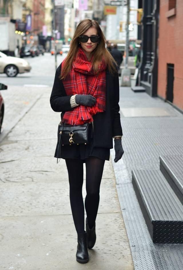 пальто с красным шарфом