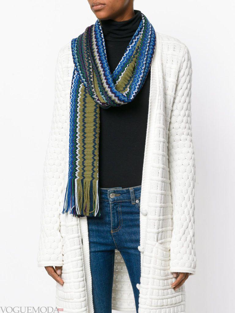 белое пальто с шарфом