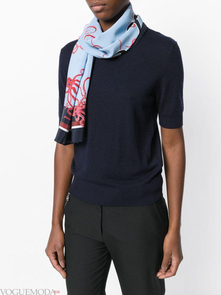 шарф из платка голубой