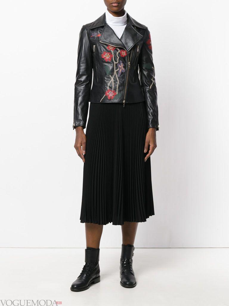 женские куртки осень-зима 2019 2020: с декором черная