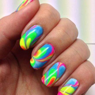 маникюр мазки на ногтях яркий