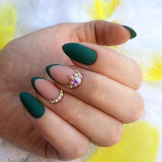ногти зеленые