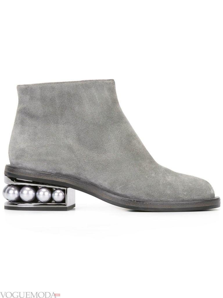 серые ботинки для новогоднего экстремального отдыха