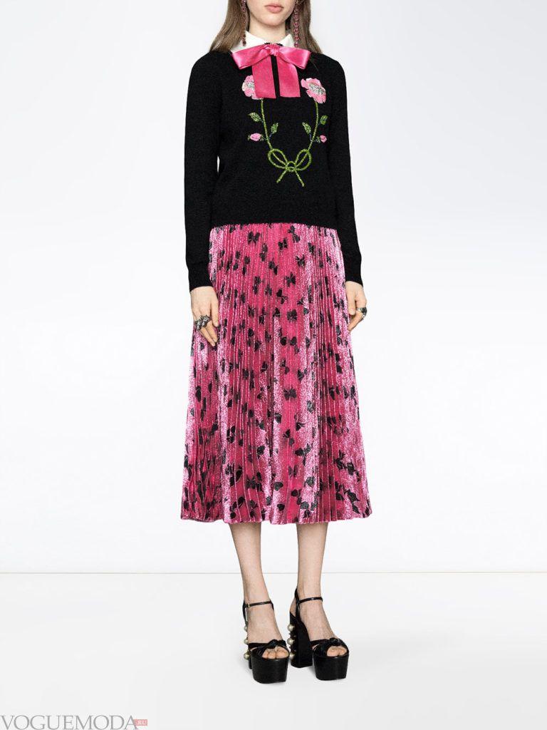 лук в романтическом стиле с юбкой плиссе