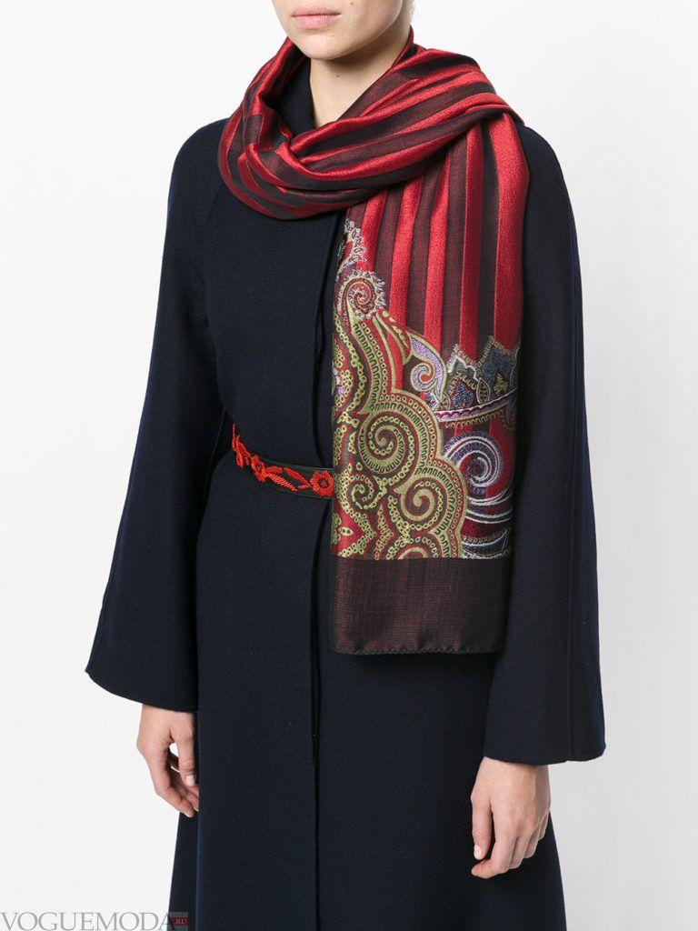 модный лук с красным шарфом