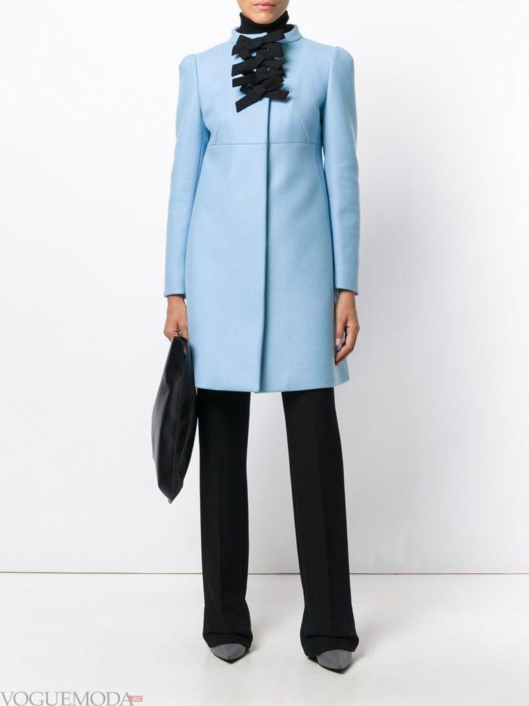 модный лук с голубым пальто