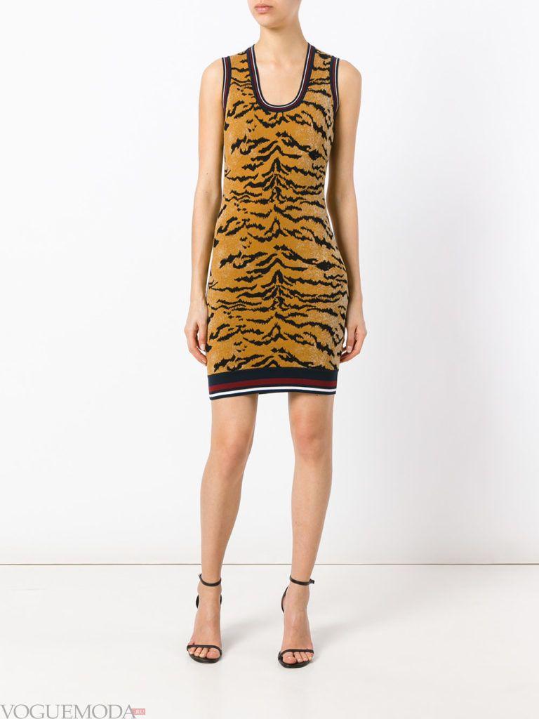 модное яркое платье с хищным принтом