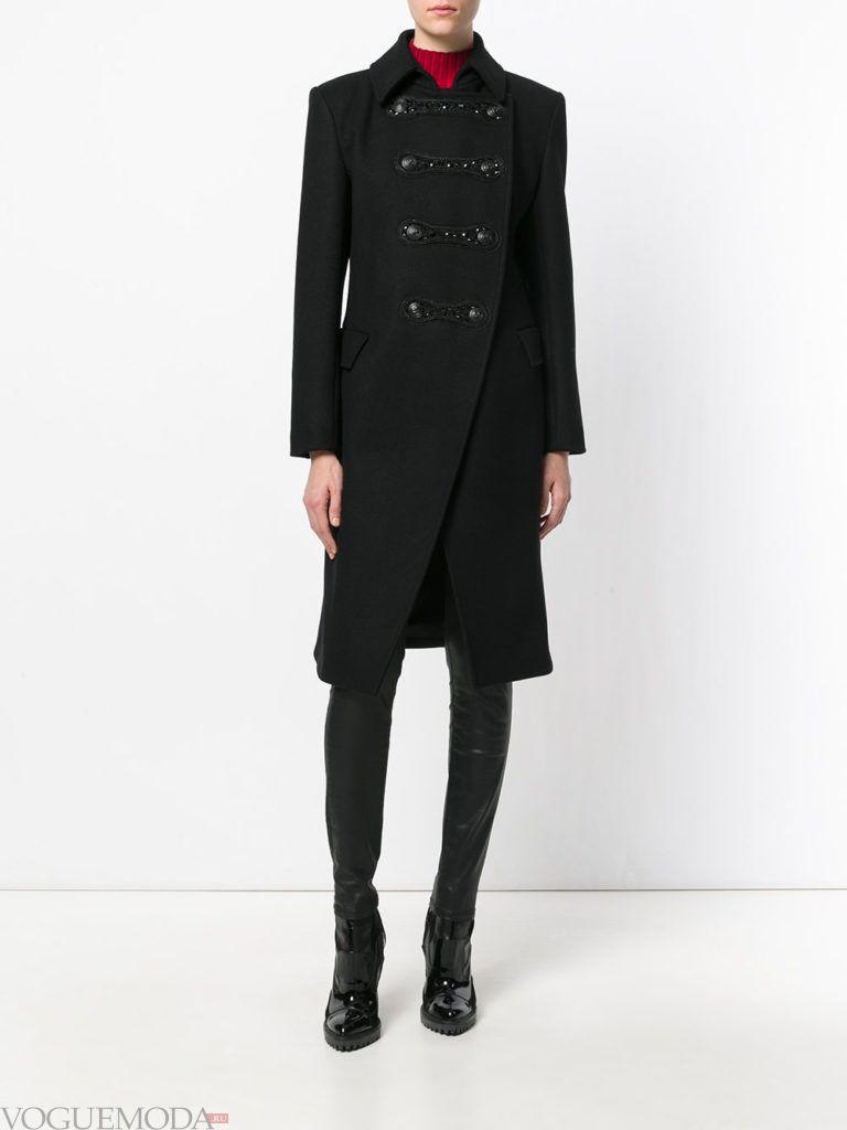 модное темное пальто милитари