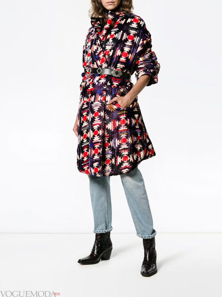 модное стеганое пальто с принтом