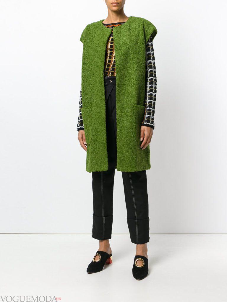 модное пальто без рукавов яркое