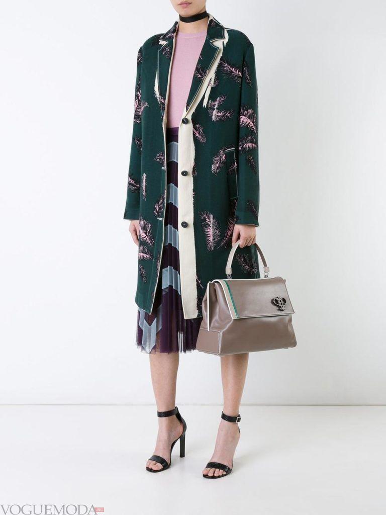 модное пальто с перьями