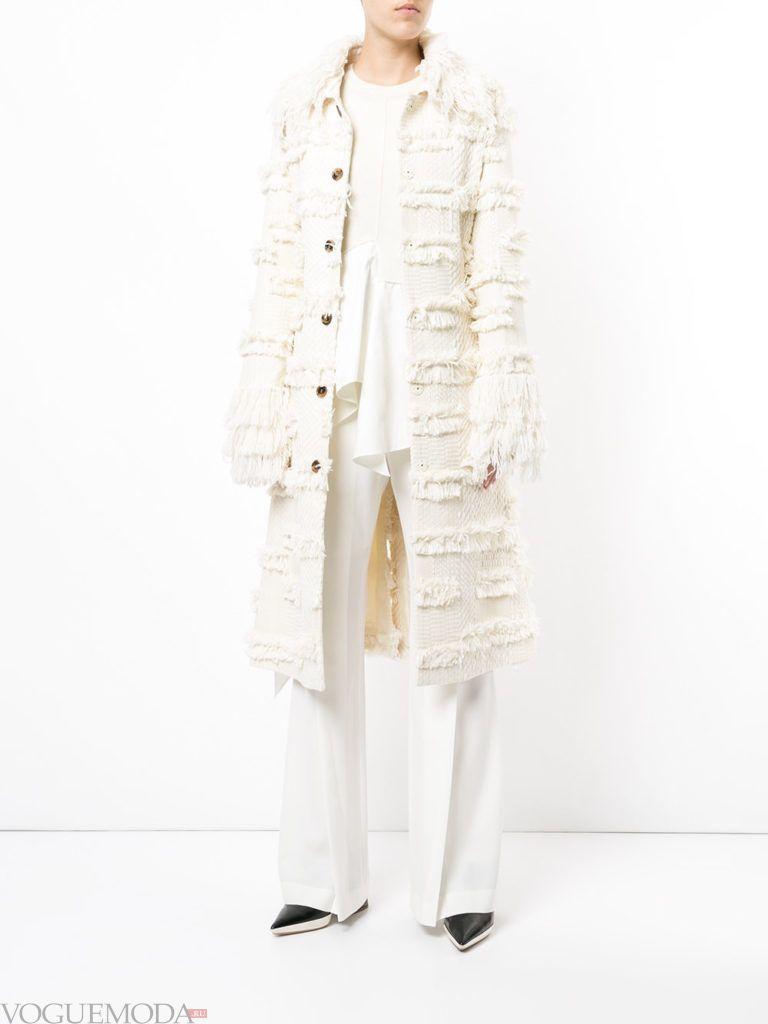 модное пальто с бахромой белое