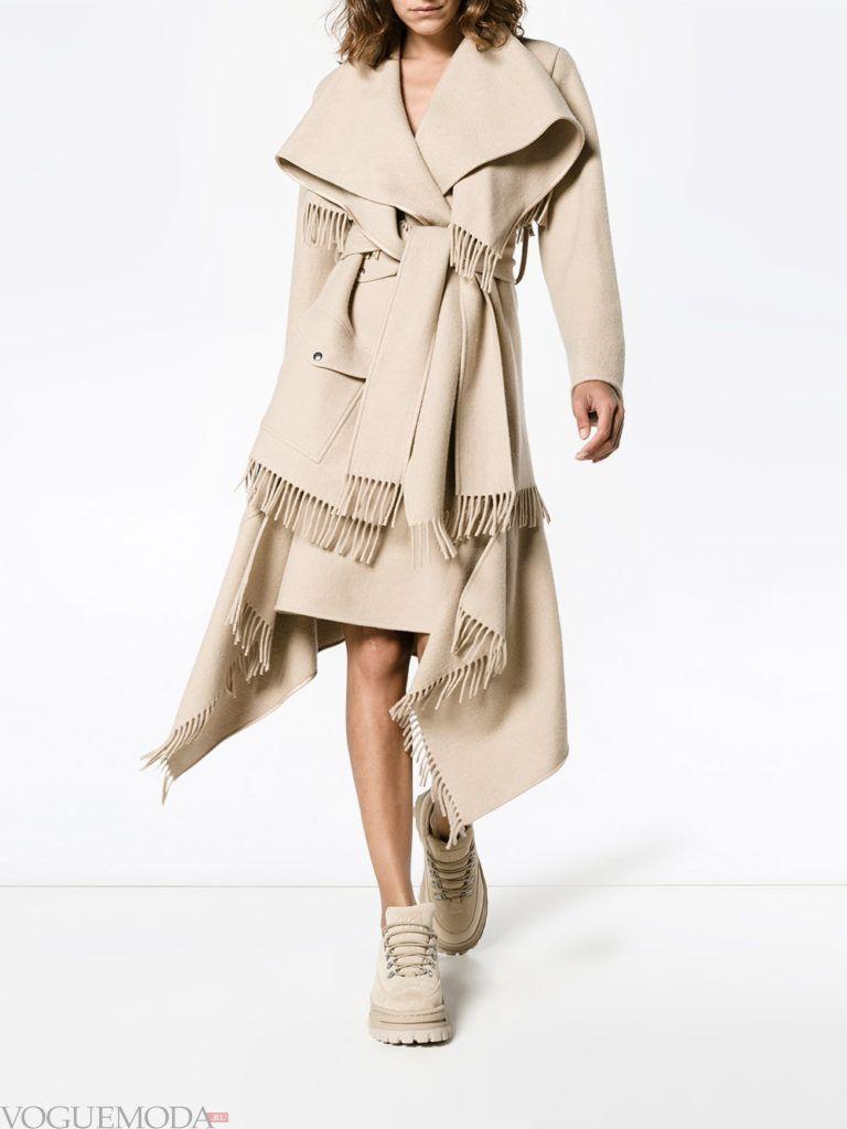 модное пальто с бахромой бежевое