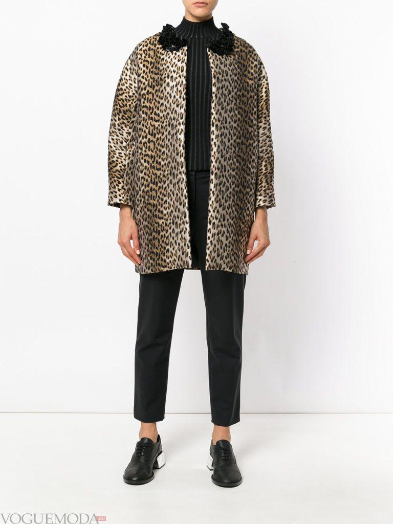 модное короткое пальто с принтом