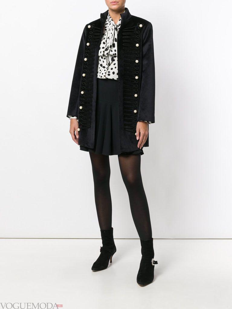 модное черное пальто милитари