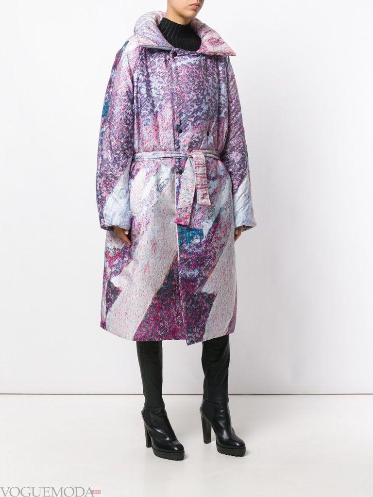 модное яркое фиолетовое пальто