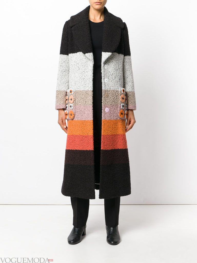 модное яркое пальто с полосками