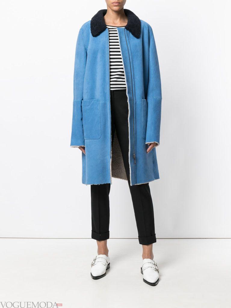 модное яркое пальто синее