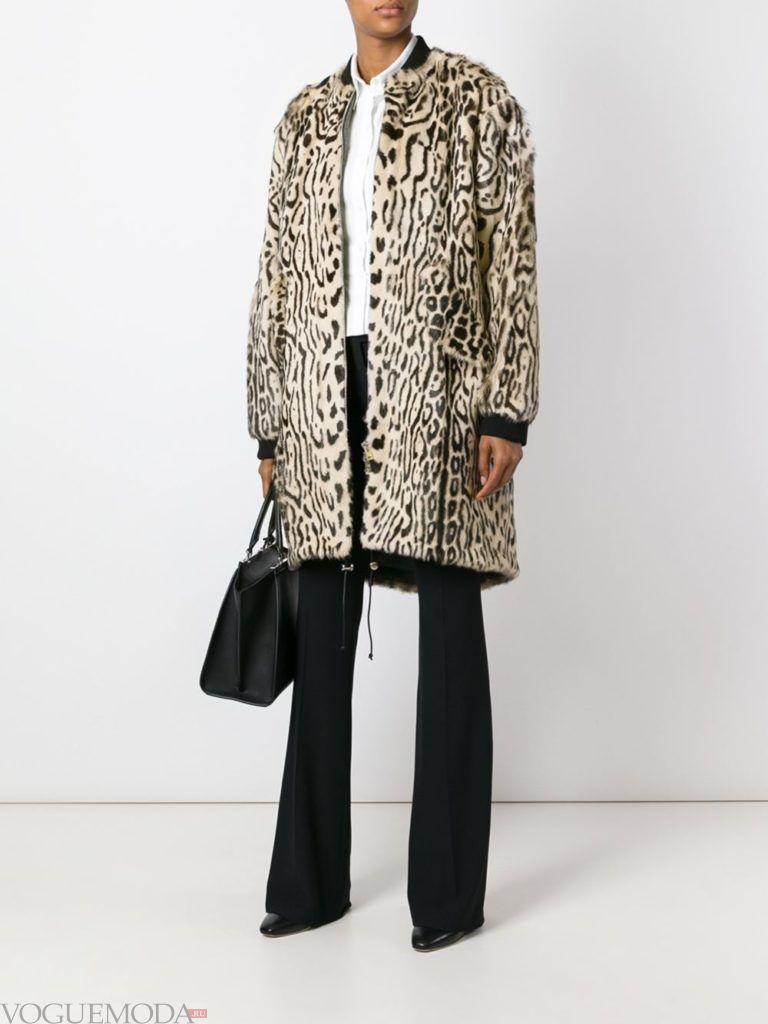 модное пальто с хищным принтом светлое