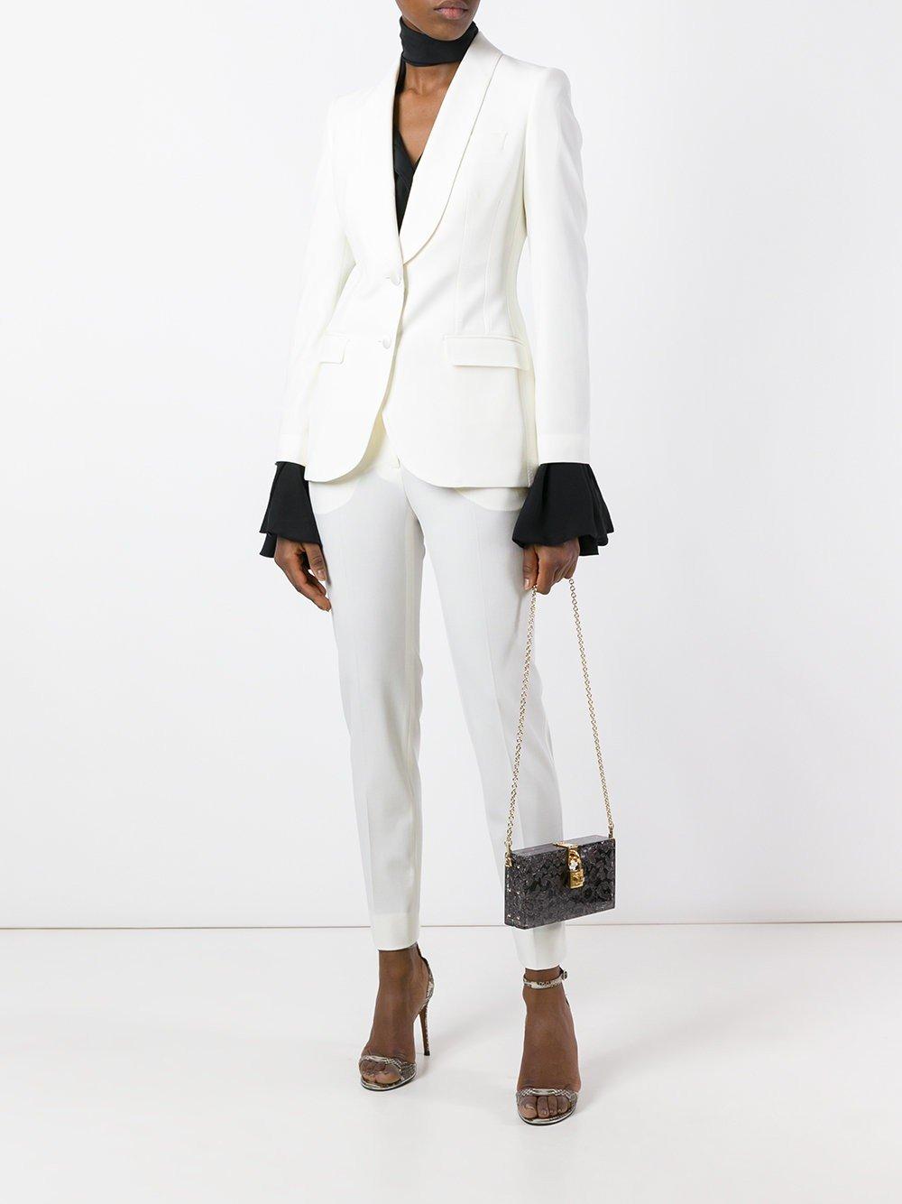 Пиджаке штанах белых девушки в фото белом и