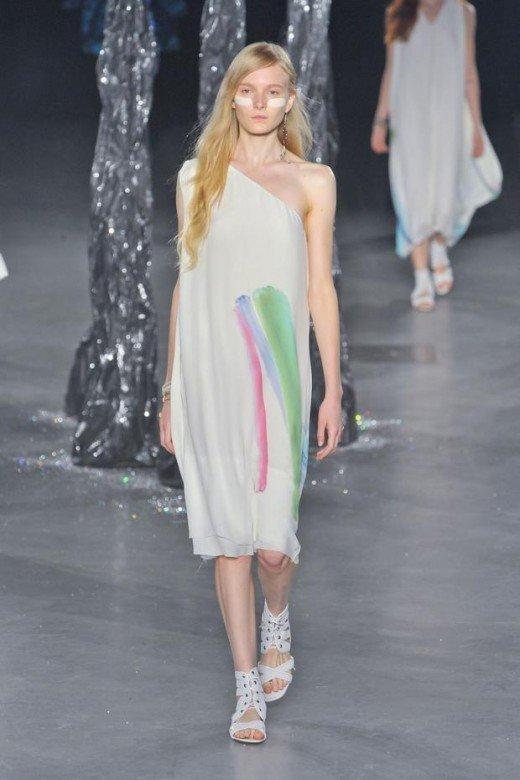 летнее светлое платье с принтом художественные мазки
