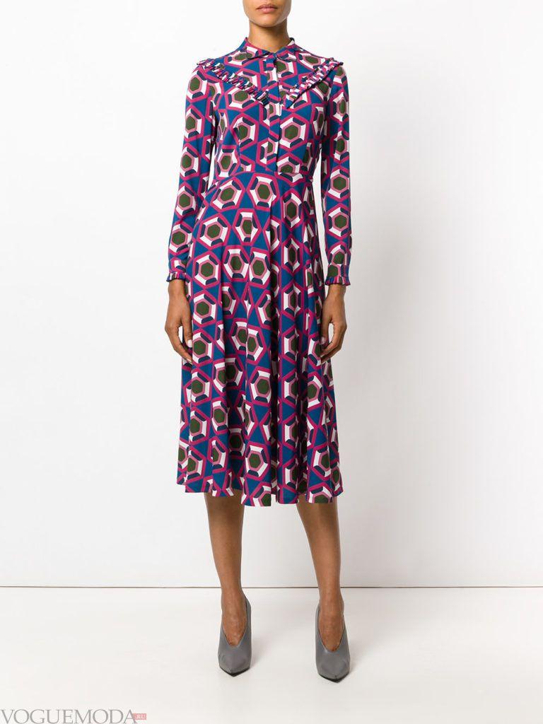 летнее фиолетовое платье с геометрическим принтом