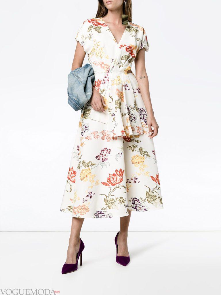 летнее платье с романтичным принтом светлое