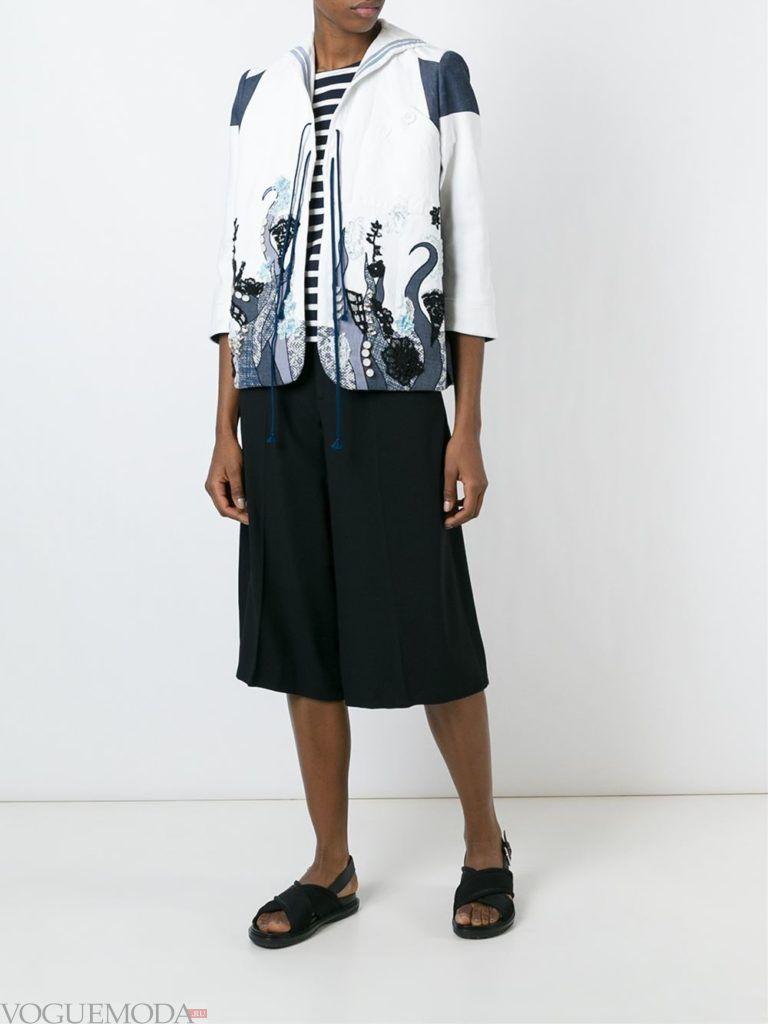 женский жакет с вышивкой белый