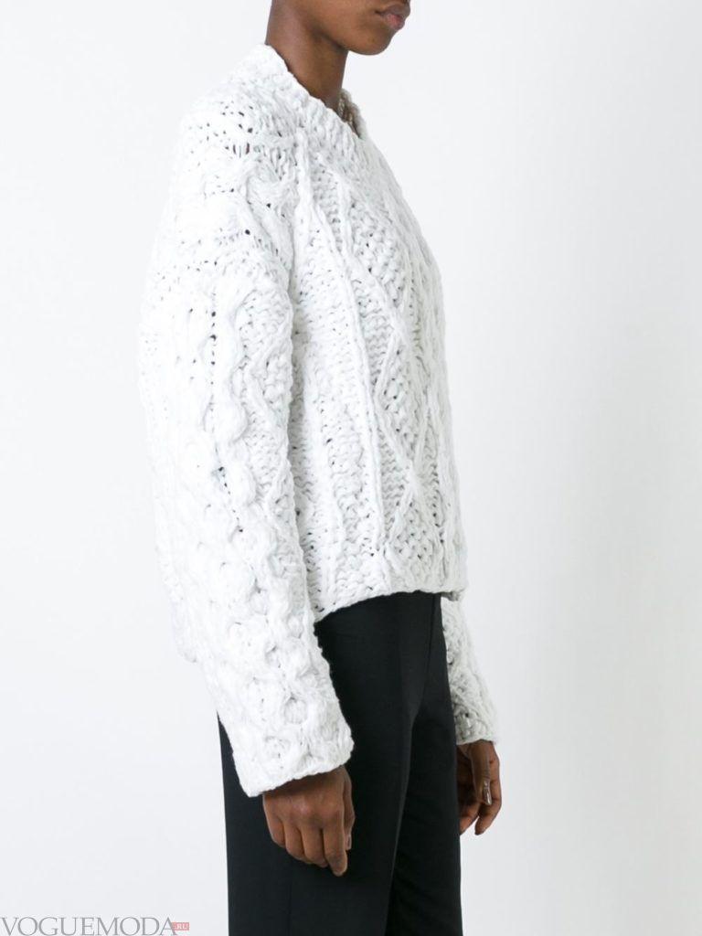 объемный свитер белый