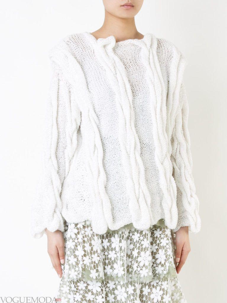 объемный свитер светлый