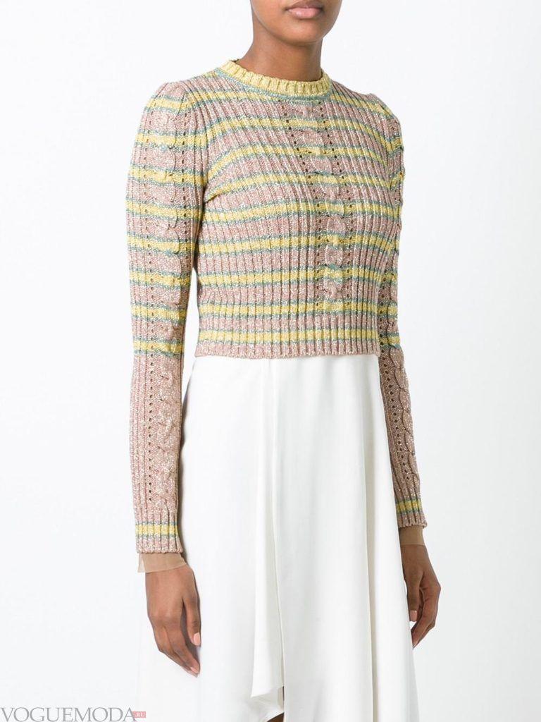 короткий свитер светлый