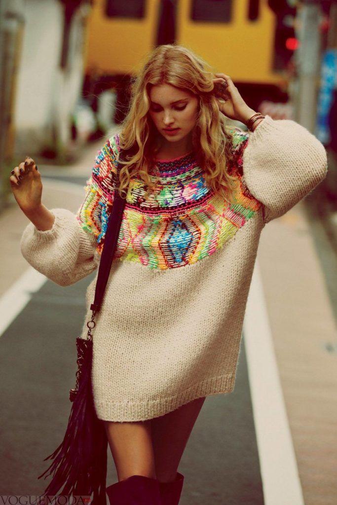 светлый свитер с аппликацией