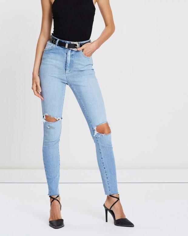 женские джинсы 2019 2020: голубые рваные с черным поясом