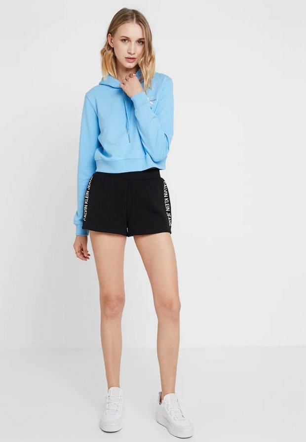 модные луки 2019 2020: черные шорты голубая кофта
