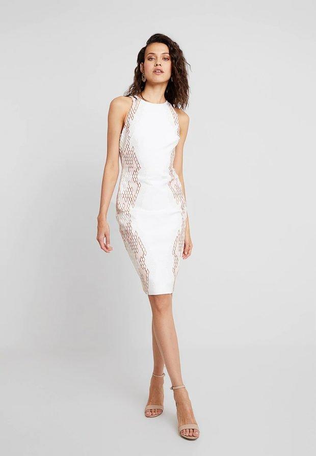 белое платье с узорами