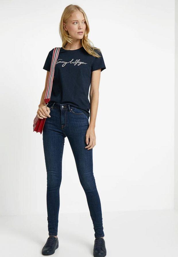 модные луки 2019 2020: джинсы под черную футболку