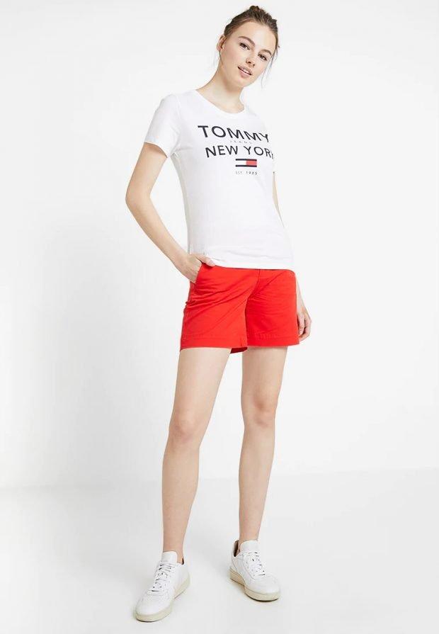 модные луки 2019 2020: оранжевые шорты под белую футболку