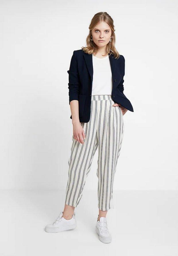 модные луки 2019 2020: белые штаны в полоску