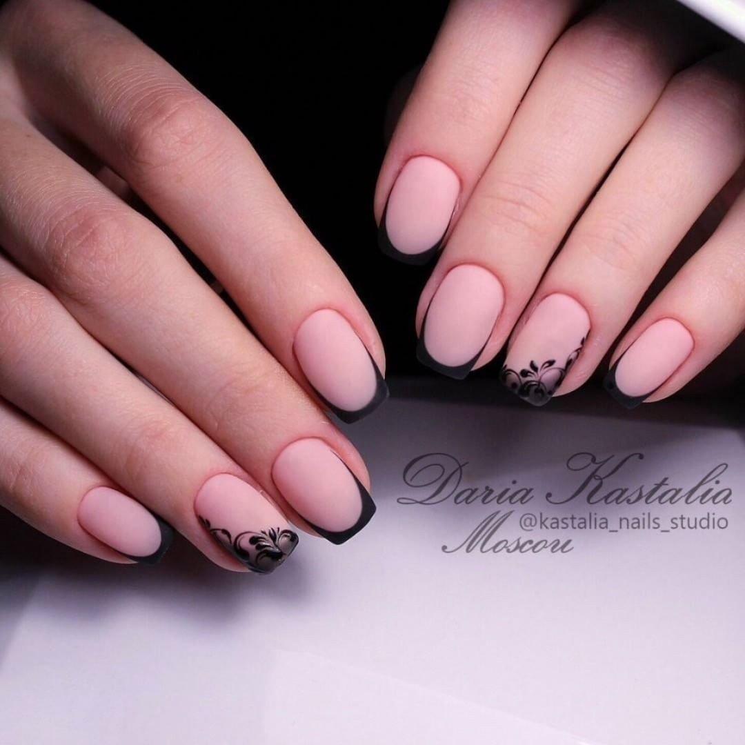 Белый матовый френч на ногтях фото