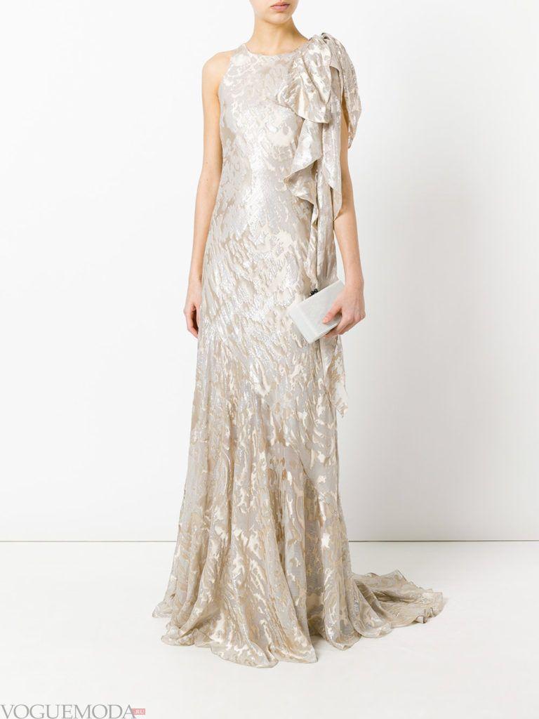платье из блестящей ткани светлое