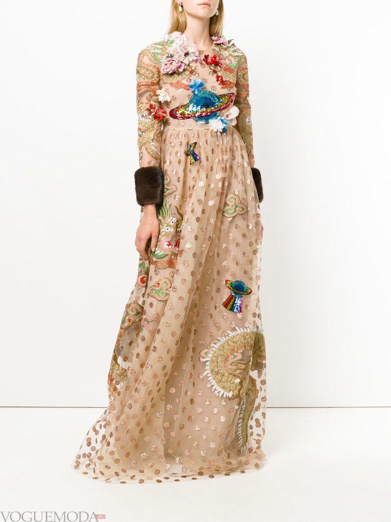 платье из блестящей ткани с рисунком