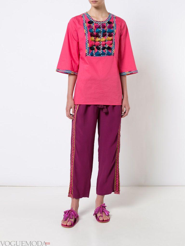 фиолетовые брюки с футболкой