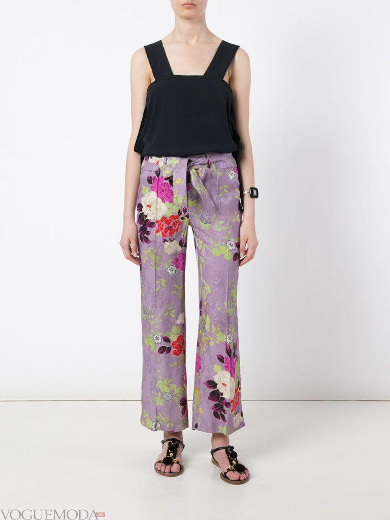 фиолетовые брюки с принтом