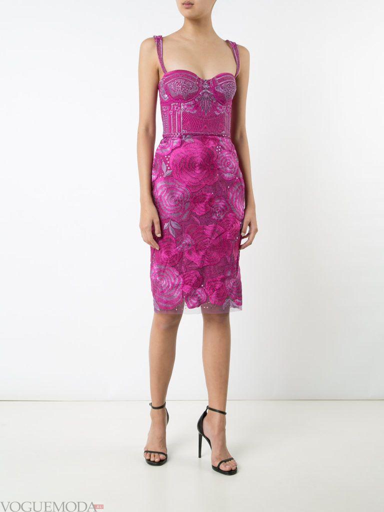 лук с фиолетовым платьем с принтом