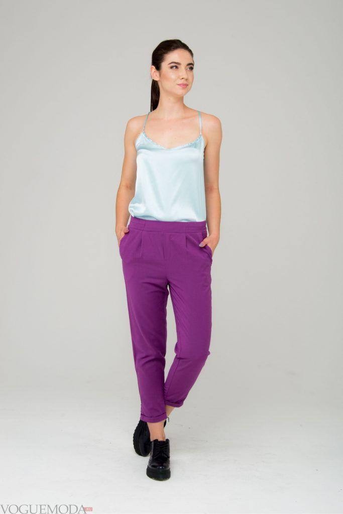 короткие фиолетовые брюки топ голубой