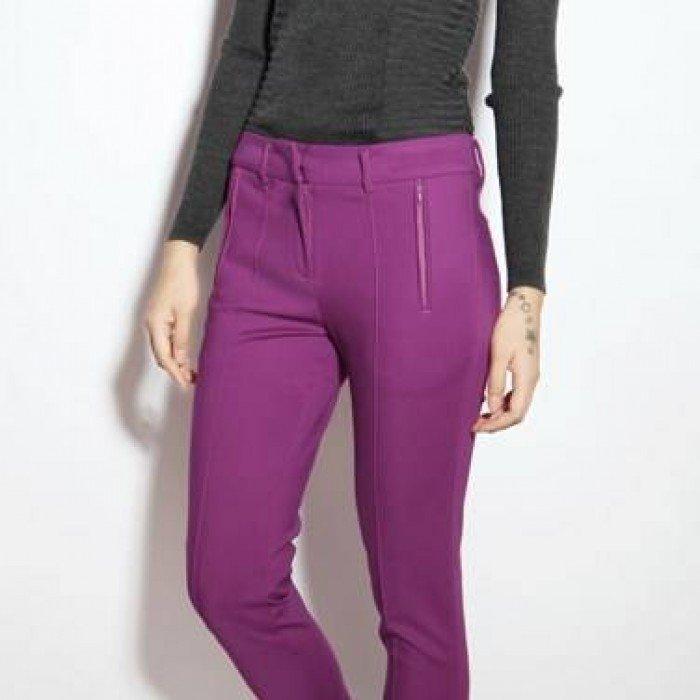 фиолетовые джинсы под черную кофту