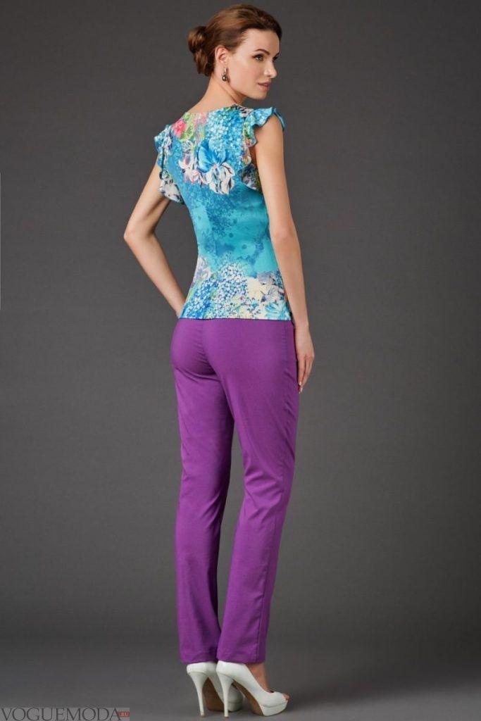 фиолетовые брюки под голубую блузку