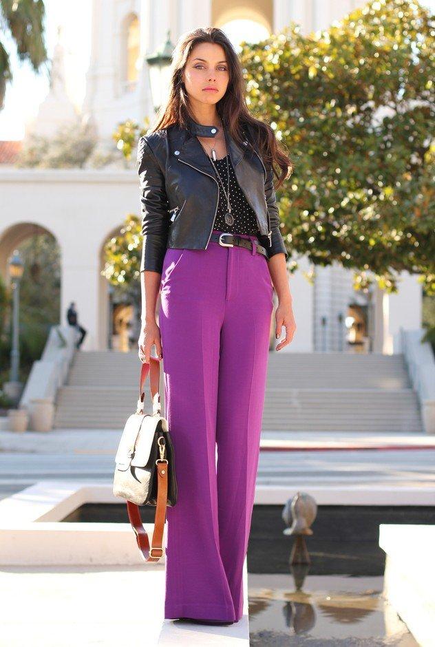 фиолетовые брюки под черную куртку кожаную